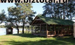 База отдыха в сосновом лесу на берегу озера