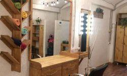 Парикмахерское кресло в студии красоты