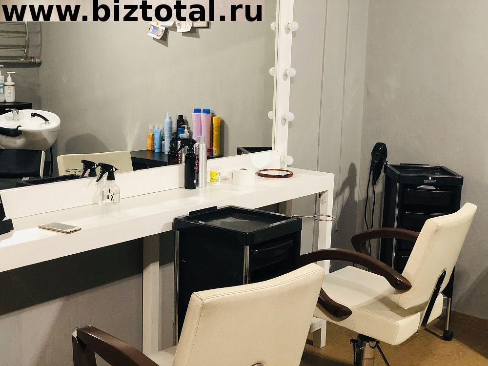 Парикмахерское кресло в уютной студии красоты