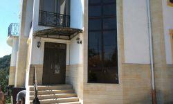 В продаже трёхэтажный дом с новым качественным ремонтом. Материал монолиткаркас с блочным наполнением. Есть газ, центральный водопровод  и скважина на участке. Дом стоит на 14ти сваях забуенных в аргалит. Отделка фасада дагестанским камнем, на полу паркет