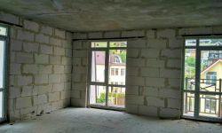 Предлагаю 2-х комнатную квартиру площадью 42 м2. ЖК Майский. Квартира расположена на втором этаже монолитного дома. Квартира угловая с балконом вид во двор, зелень. Квартира свободной планировки три окна можно планировать в две изолированные спальни и про