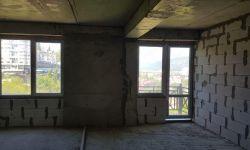 Квартира в новом построенном доме со всеми документами статус квартиры . Квартира свободной планировки с видом на город. Есть балкон. В доме лифт. Рядом несколько магазинов и транспорт в любую точку города. Звоните поеду покажу.