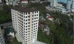 Продам хорошую одна комнатную квартиру в самом центральном районе города Сочи. Квартира без внутренней отделки, есть балкон с видом на море. Квартира хорошо планируется в спальню с балконом и кухня с окном. В доме центральные коммуникации: свет вода канал