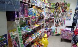 Отдел игрушек при входе в магазин
